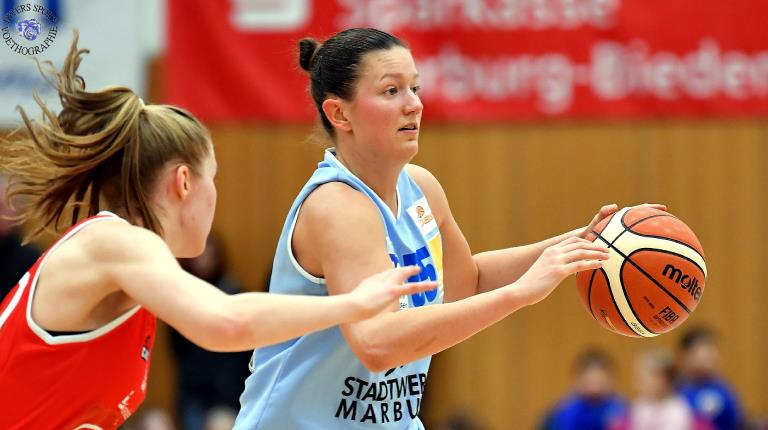 Professional basketball player practices with employees in Marburg